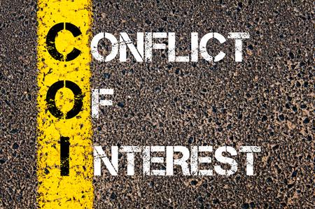 Concept beeld van bedrijf Acroniem COI als BELANGENCONFLICTEN geschreven dan wegmarkering gele verf lijn. Stockfoto