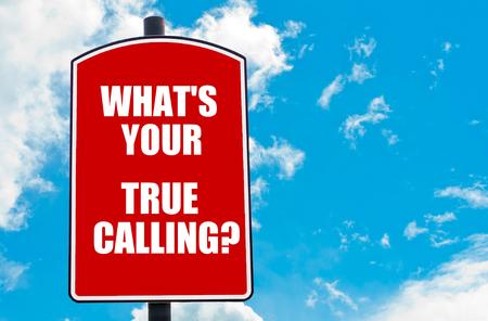 あなたの本当の使命とは何ですか。澄んだ青い空を背景に分離された赤い道路標識に書かれての動機付けの引用。利用できるコピー スペース コンセ 写真素材
