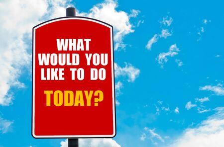 would: Cosa ti piacerebbe fare oggi? citazione motivazionale scritto sul cartello stradale rosso isolato su sfondo chiaro cielo blu. Concetto di immagine con spazio disponibile copia Archivio Fotografico
