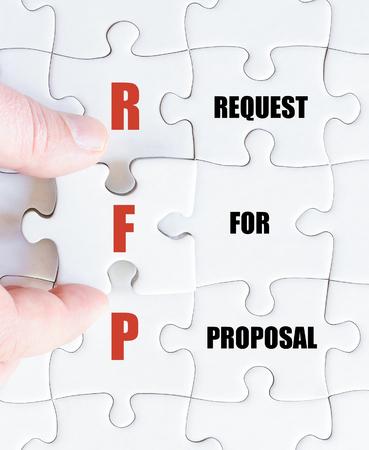 最後の行方不明の部分とパズルを完了するビジネスの男の手。提案依頼書としてビジネスの頭字語 RFP のコンセプト イメージ