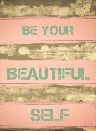 ヴィンテージに書かれてあるあなたの美しい自己の動機付けの引用の概念イメージを描いた木製の壁