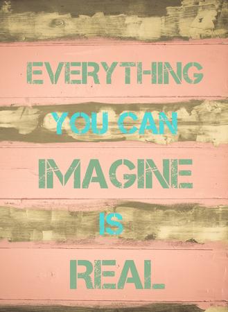 tu puedes: Concepto de imagen de todo lo que puedas imaginar es cita de motivación VERDADERO escrito en época pintado pared de madera