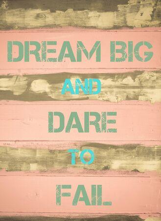 osare: Immagine del concetto di sognare in grande e il coraggio di FALLIRE citazione motivazionale scritto sulla priorit� painted wooden wall Archivio Fotografico