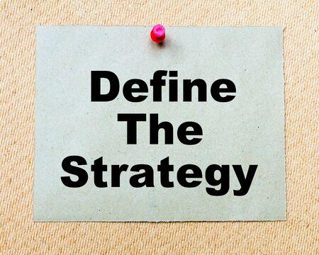 Définir la stratégie écrite sur papier note goupillée avec punaise rouge sur planche de bois. Image Business conceptuelle Banque d'images