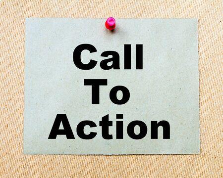 呼び出しアクションにペーパー ノートに書かれた木の板に赤い画鋲で固定しています。ビジネス概念図 写真素材