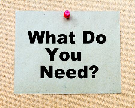 何が必要ですか。赤い画鋲で固定して木の板にペーパー ノートに書き込まれます。ビジネス概念図 写真素材