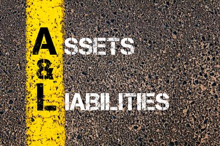 obligaciones: Imagen del concepto del acr�nimo Negocios AL como Activos y Pasivos por escrito sobre el marcado l�nea de pintura amarilla carretera.