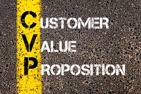 道路標示黄色塗装ライン上に書かれた顧客のバリュー ・ プロポジションとしてビジネスの頭字語 CVP の概念イメージ。 写真素材