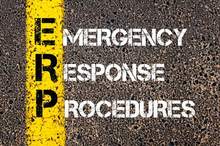 道路標示黄色塗装ライン上に書かれた緊急対応手順としてビジネス頭文字 ERP のコンセプト イメージ。