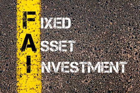 fixed line: Imagen del concepto de negocio acr�nimo FAI como inversi�n en activos fijos escrito sobre el camino que marca la l�nea de pintura amarilla. Foto de archivo