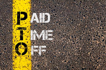 コンセプトとして支払った時間道路標示黄色塗装ライン上に書かれたビジネス頭字語 PTO のイメージ。 写真素材