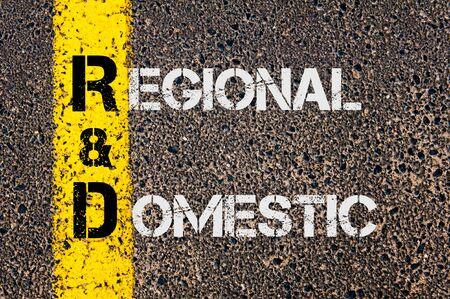 rd: Immagine del concetto di affari dell'acronimo R & S regionale e nazionale scritto sopra marcatura gialla linea dipinta su strada.