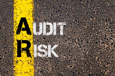 ビジネス略語道路標示黄色塗装ライン上に書かれた監査リスクと AR の概念イメージ。