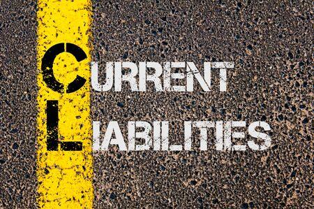 compromisos: Imagen del concepto del acr�nimo negocios CL como pasivos actuales escritos sobre el marcado l�nea de pintura amarilla carretera.