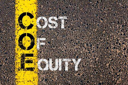 equidad: Imagen del concepto del acr�nimo negocios COE como costo de la Equidad escrito m�s marcado l�nea de pintura amarilla carretera.