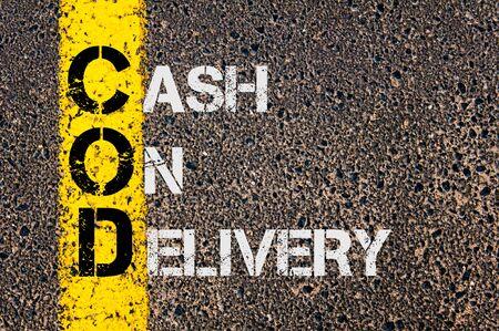 efectivo: Imagen del concepto del acrónimo negocios DQO como Cash On Delivery escrito sobre el marcado línea de pintura amarilla carretera.