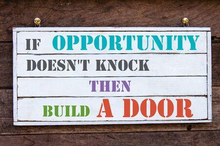 tocar la puerta: Si no �Tiene Oportunidad de Knock Entonces construir un mensaje inspirada Puerta escrito sobre tabla de madera de la vendimia. Imagen Concepto de la motivaci�n