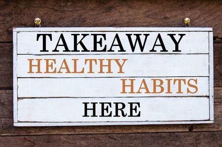 habitos saludables: Hábitos saludables para llevar el mensaje Aquí inspirada por escrito sobre tabla de madera de la vendimia. Imagen Concepto de la motivación