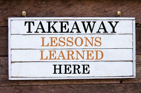 Emporter Leçons apprises Voici un message inspirée écrit sur planche de bois vintage. Concept image de motivation Banque d'images