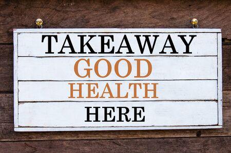 buena salud: Para llevar la Buena Salud mensaje Aqu� inspirada por escrito sobre tabla de madera de la vendimia. Imagen Concepto de la motivaci�n