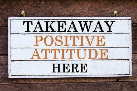 actitud positiva: Actitud positiva para llevar Aqu� Mensaje inspirado por escrito sobre tabla de madera de la vendimia. Imagen Concepto de la motivaci�n Foto de archivo