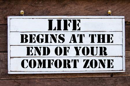 生活開始で、最後のあなたコンフォート ゾーンのインスピレーションのメッセージ ヴィンテージ木の板に書かれました。動機のコンセプト イメージ 写真素材 - 43061159