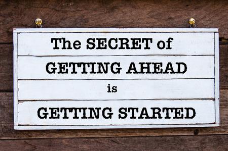 ヴィンテージ木の板に書かれた秘密の取得先は、取得開始心に強く訴えるメッセージ。やる気を起こさせるコンセプト イメージ 写真素材
