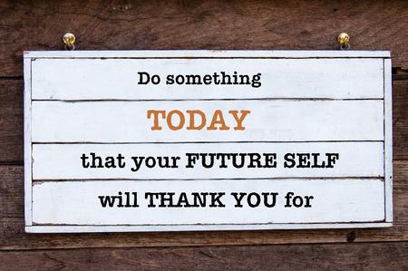 Do Something Vandaag is dat je toekomstige zelf zal Dank U voor Inspirerend bericht geschreven op vintage houten plank. image motievenconcept
