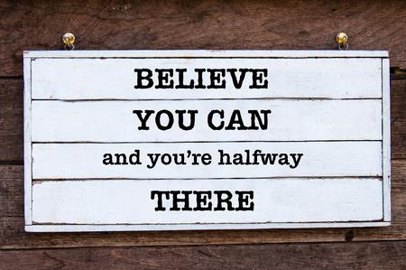 tu puedes: Crea que usted puede y usted es intermedio allí Mensaje inspirado por escrito sobre tabla de madera de la vendimia. Imagen del concepto de motivación Foto de archivo