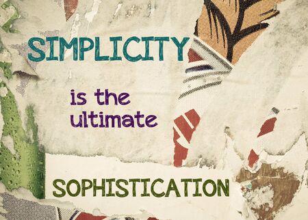 sencillez: La simplicidad es el mensaje último Sophistication- inspirada por escrito en el fondo del grunge de la vendimia con viejos Torn Posters. Imagen del concepto de motivación