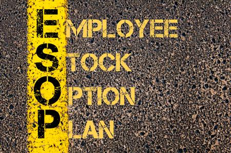 道路標示黄色塗装ライン上に書かれた従業員ストック オプション プランとしてビジネスの頭字語 ESOP の概念イメージ。