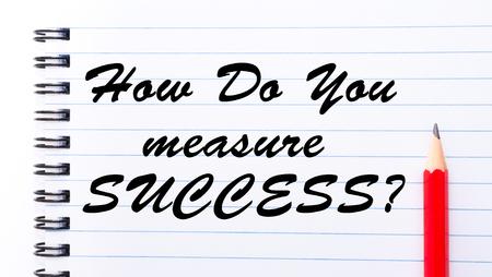 Hoe meet je succes? geschreven op notitieboekpagina, rood potlood aan de rechterkant. Motiverende concept afbeelding Stockfoto - 47638323