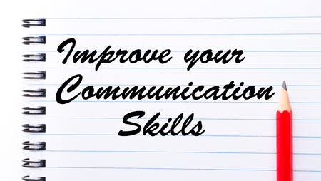comunicación escrita: Mejorar sus habilidades de comunicación escrita en la página del cuaderno, lápiz rojo a la derecha. Imagen del concepto de motivación