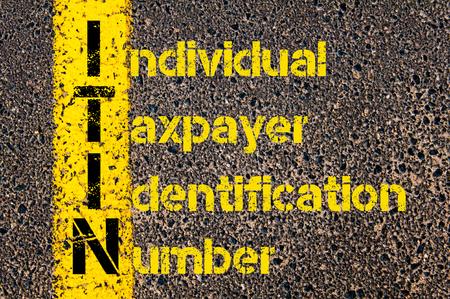 道路標示黄色塗装ライン上に書かれた個々 の納税者識別番号としてビジネスの頭字語 ITIN の概念イメージ。