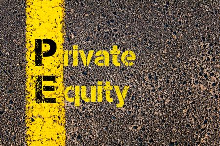 equidad: Imagen del concepto del acr�nimo Business Accounting PE Private Equity escrito sobre marcado la l�nea de pintura de color amarillo carretera.