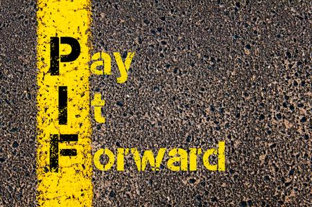 会計ビジネス頭字語 PIF ペイフォワードの道路標示黄色塗装ライン上に書かれたコンセプト イメージ。