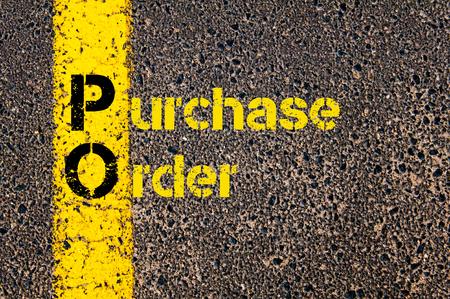 orden de compra: Imagen del concepto de contabilidad de negocios acr�nimo PO orden de compra escrita durante marcando la l�nea de pintura de color amarillo carretera.