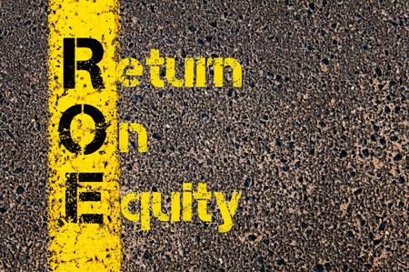 equidad: Imagen del concepto del acr�nimo Business Accounting ROE retorno sobre el patrimonio escrito sobre el camino que marca la l�nea de pintura amarilla.