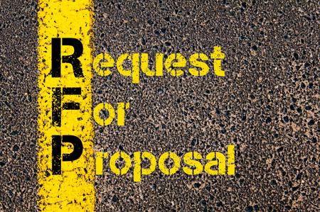 会計ビジネス頭字語 RFP 提案依頼書道路標示黄色塗装ライン上に書かれたの概念イメージ。