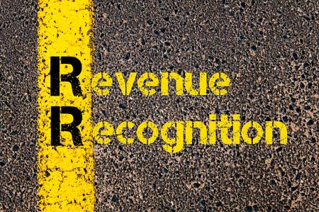 会計ビジネス頭字語 RR 収益認識の道路標示黄色塗装ライン上に書かれたコンセプト イメージ。