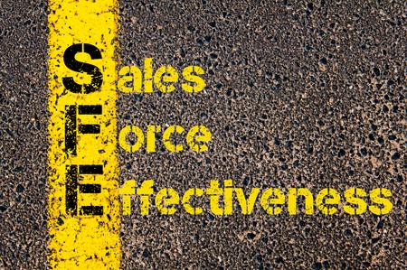 会計ビジネス頭字語 SFE 営業力の有効性道路標示黄色塗装ライン上に書かれたの概念イメージ。