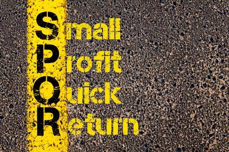 spqr: Imagen del concepto del acr�nimo Business Accounting SPQR peque�o beneficio Quick Return escrito sobre marcado la l�nea de pintura de color amarillo carretera. Foto de archivo