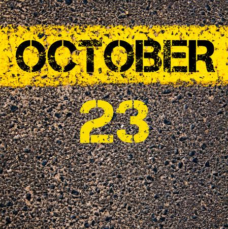 october calendar: 23 días CALENDARIO Octubre escrito sobre marcado la línea de pintura de color amarillo carretera Foto de archivo