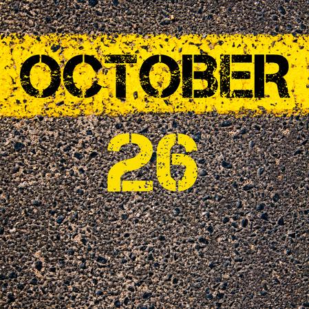 october calendar: 26 días CALENDARIO Octubre escrito sobre marcado la línea de pintura de color amarillo carretera