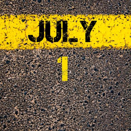 calendario julio: 1 día Calendario julio escrito sobre marcado la línea de pintura de color amarillo carretera Foto de archivo