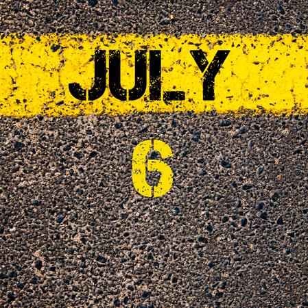 calendario julio: 6 días Calendario julio escrito sobre marcado la línea de pintura de color amarillo carretera