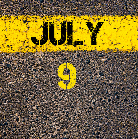 calendario julio: 9 días Calendario julio escrito sobre marcado la línea de pintura de color amarillo carretera