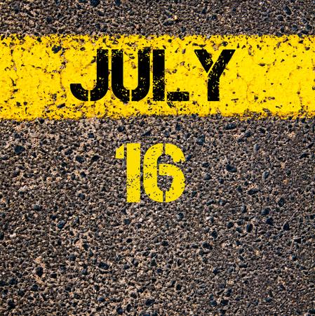 calendario julio: 16 días Calendario julio escrito sobre marcado la línea de pintura de color amarillo carretera