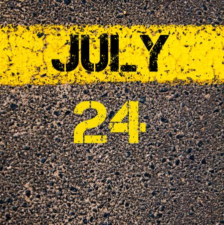 calendario julio: 24 días Calendario julio escrito sobre marcado la línea de pintura de color amarillo carretera