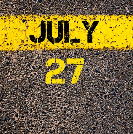 calendario julio: 27 días Calendario julio escrito sobre marcado la línea de pintura de color amarillo carretera
